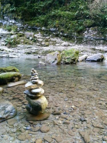 Cairn au bord de l'eau